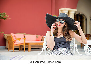 donna, grande, telefono, cappello nero, parlante
