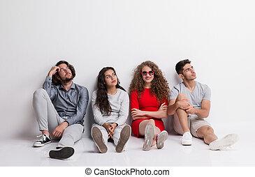 donna, gruppo, seduta, giovane, floor., annoiato, amici, felice