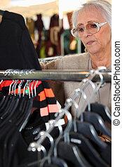 donna guardando, a, abbigliamento