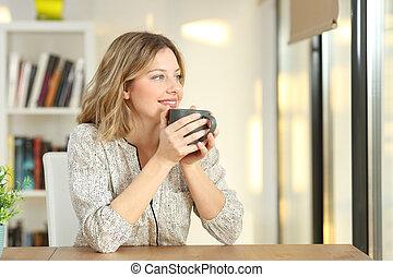 donna guardando, attraverso, uno, finestra, caffè bevente