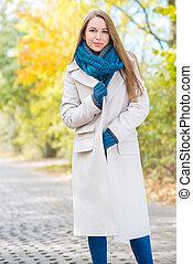 donna, il portare, cappotto lungo, esterno, in, autunno