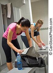 donna, imballaggio, borsa, a, gym's, spogliatoio