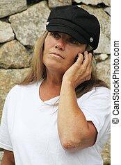 donna, in, cappello nero, comunicando telefono