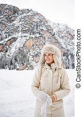 donna, in, cappotto, e, cappello pelliccia, il portare, guanti, mentre, standing, fuori