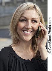 donna, in, cima nera, comunicando telefono