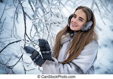 donna, in, il, inverno, foresta
