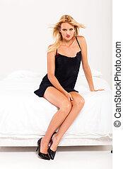 donna, in, nero, biancheria intima, sedendo letto