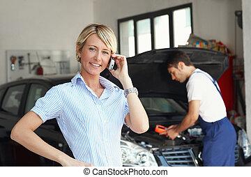 donna, in, officina riparazioni auto