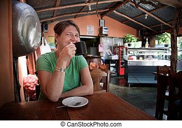 donna, in, uno, costaricano, caffè