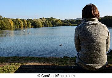 donna, in, uno, riscaldare, ponticello, seduta, solo, vicino, uno, lago