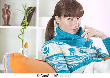 donna, in, vestiti inverno, a casa