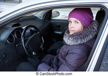 donna, in, vestiti inverno, seduta, in, suo, automobile