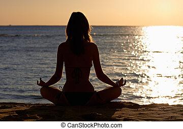 donna, in, yoga, loto, meditazione, fronte, a, spiaggia