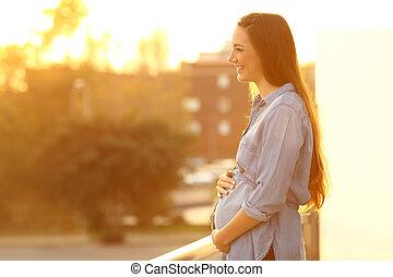 donna incinta, osservare via, in, uno, balcone