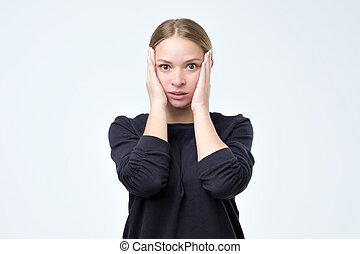 donna, incredulità, parete, isolato, grigio, abbicare, giovane guardare, fondo., pieno, closeup, ritratto