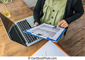 donna, lavorativo, indicare, diagramma, penna, usando, tavola, documento