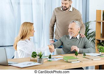 donna, lavorativo, lei, felicemente, nuovo, allegro, mani, socio, sorridente, tremante