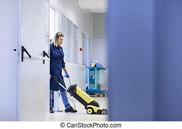 donna, lavorativo, professionale, domestica, pulizia, e, lavaggio, pavimento, con, macchinario, in, industriale, costruzione., piena lunghezza, spazio copia