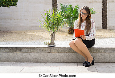 donna, lavorativo, tavoletta, parco ufficio, felice