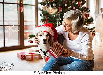 donna, lei, apertura, cane, presenta., anziano, natale