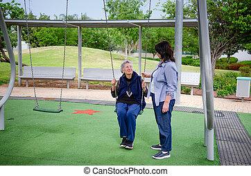 donna, lei, carer, mentre, adulto, oscillazione, protezione, anziano, gode, campo di gioco