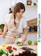 donna, lei, insalata, assaggio, legno, cottura, giovane, kitchen., mano, cucchiaio, brunetta, casalinga, presa a terra, fresco