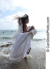 donna, lei, oceano, correndo, matrimonio, vestito bianco