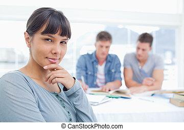 donna, lei, pensare, studio, guardando dietro, macchina fotografica, amici