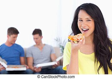 donna, lei, sedere, dietro, labbra, fetta, sorridente, amici, pizza