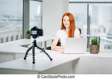 donna, lei, vlog, giovane, treppiede, registrazione, macchina fotografica, video, montato
