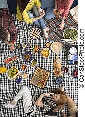 donna mangia, cialda, durante, riunione
