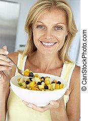 donna mangia, ciotola, mezzo, frutta, adulto, fresco