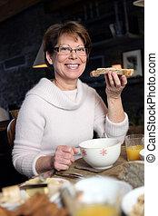 donna mangia, fetta, bread