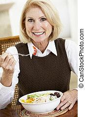 donna mangia, macchina fotografica, cena, anziano, sorridente