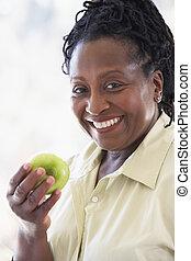 donna mangia, mela, macchina fotografica, verde, anziano, sorridente