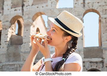 donna mangia, pizza, colosseo, italiano