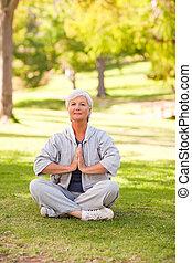 donna matura, attivo, yoga, in, il