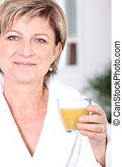 donna matura, bere, succo arancia
