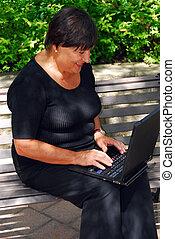 donna matura, computer
