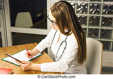 donna, medicina, dottore, scrivere, prescrizione, a, paziente, a, worktable.