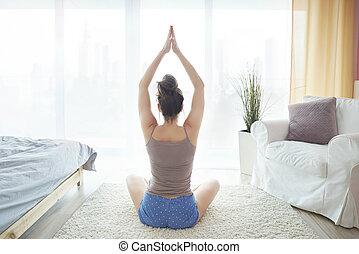donna meditando, giovane, letto, seduta