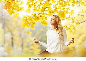 donna meditando, in, autunno, parco