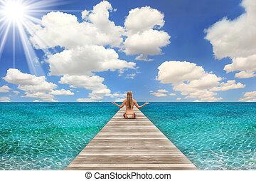 donna meditando, scena, luminoso, spiaggia, giorno