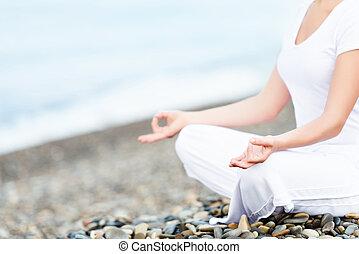 donna meditando, spiaggia, yoga, mano, atteggiarsi