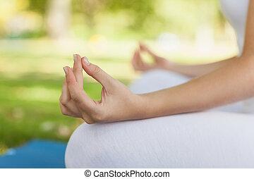 donna meditando, su, giovane, chiudere
