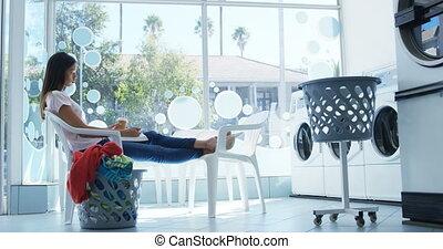 donna mezzo telefono mobile, a, lavanderia automatica, 4k