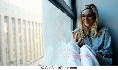 donna mezzo telefono mobile, appresso, finestra, 4k