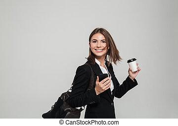 donna, mobile, soddisfatto, telefono, presa a terra, completo, ritratto