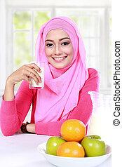 donna, musulmano, avere, giovane, frutte, colazione, latte