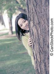 donna, nascondendo dietro, uno, albero
